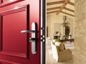¿Cómo reforzar la seguridad de las puertas de la casa?
